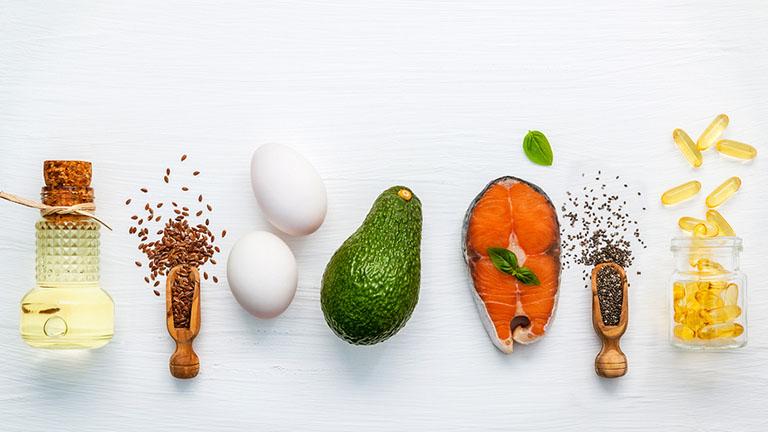 Bạn có thể tìm omega-3 trong các loại cá béo (cá hồi, các mòi) và các loại hạt (hạt lanh, hạt quả óc chó, hạt chia)
