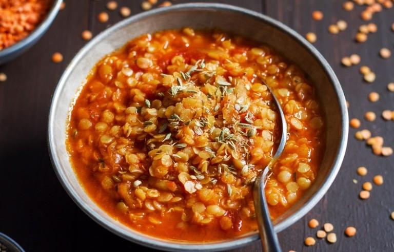 Súp đậu lăng là món ăn giúp làm chậm ngày hành kinh rất an toàn đối với cơ thể