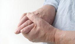Tê chân tay khi ngủ là tình trạng phổ biến ở người trung niên, người cao tuổi