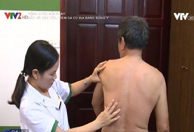 Bs. Lệ Quyên trực tiếp khám và điều trị cho chú Tiết Quang Tuấn