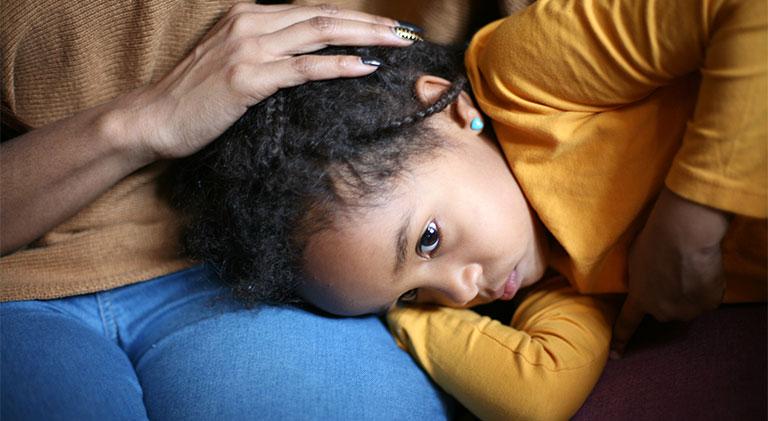 trẻ bị đau bụng buồn nôn