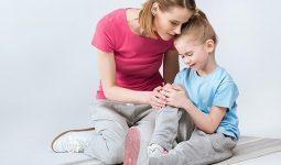 Trẻ em bị tê tay chân thường có biểu hiện tê mỏi rất khó chịu