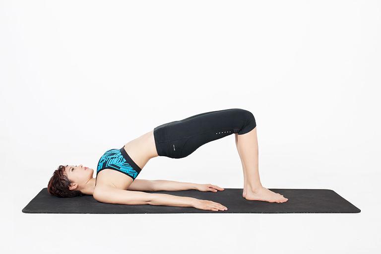 Bài tập tư thế cây cầu giúp phục hồi cột sống lưng và giảm đau nhức