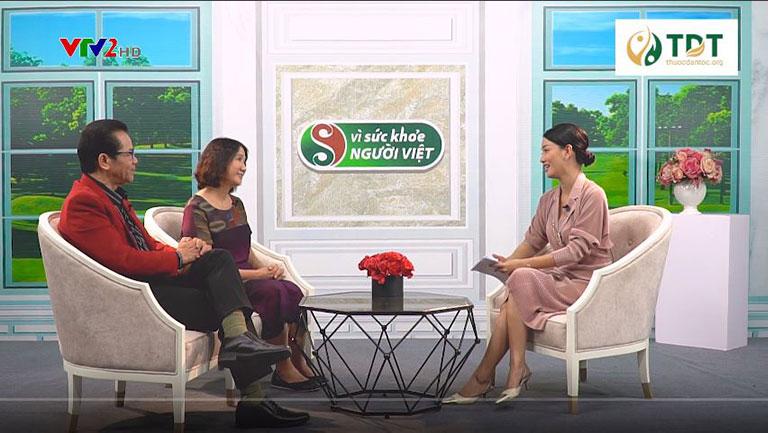 Bác sĩ Tuyết Lan (bên phải, phía trong) chia sẻ về bài thuốc Sơ can Bình vị tán trong Vì sức khỏe người Việt VTV2