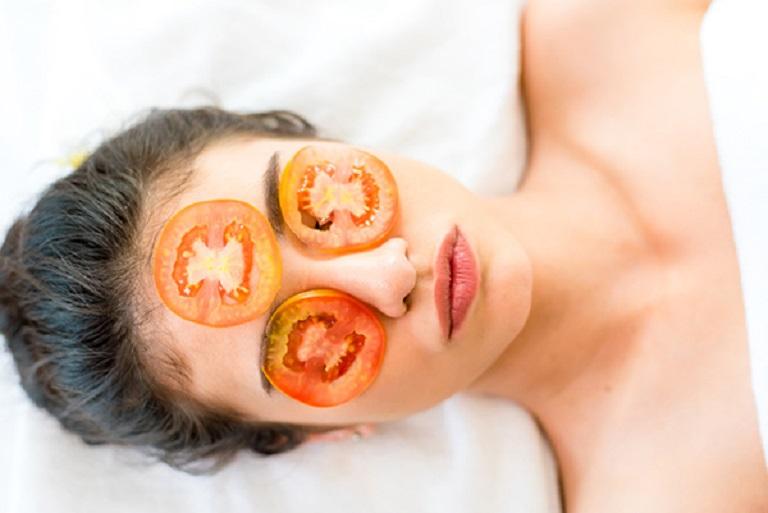 Đắp mặt nạ cà chua là phương pháp đơn giản nhất nhưng lại đem đến hiệu quả cao