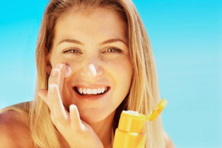 Chú ý bảo vệ da khi ra ngoài để tránh bị ăn nắng và ảnh hưởng của tia cực tím