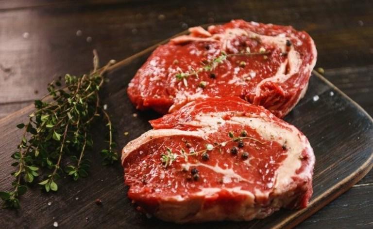 Thịt bò có hàm lượng đạo rất cao, gây khó khăn cho việc tiêu hóa và gia tăng nguy cơ táo bón nếu dùng nhiều