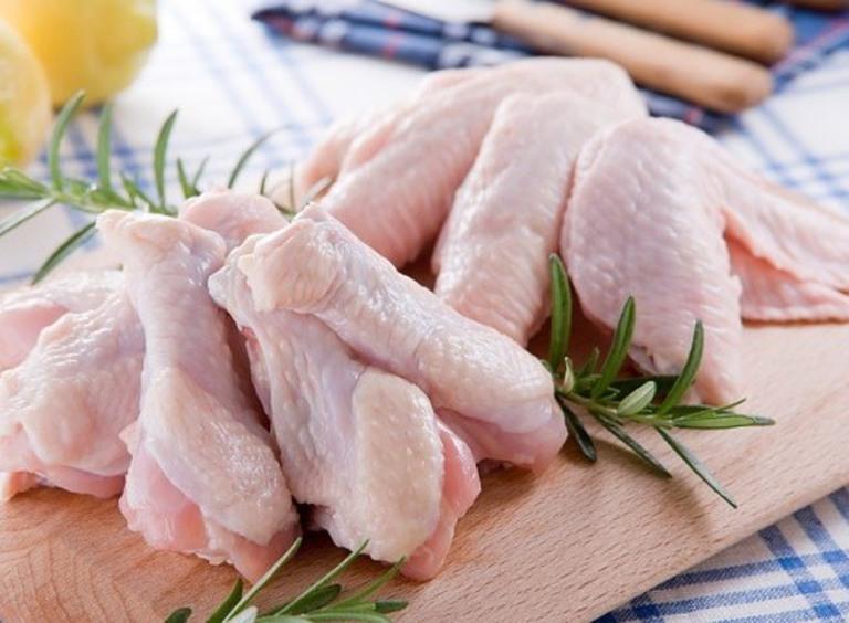 Người bị trĩ nên hạn chế sử dụng thịt gà để tránh bị sẹo lồi, viêm nhiễm và tăng kích thước búi trĩ