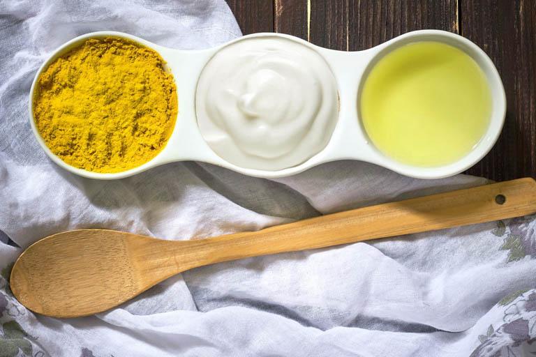 Cách trị thâm mụn cho da nhờn bằng sữa chua và nghệ