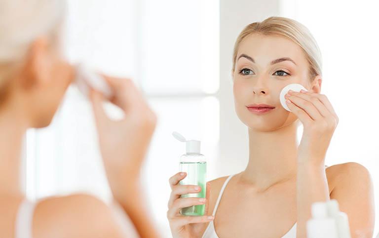 Làm sáng da, cải thiện mụn ẩn bằng toner và serum