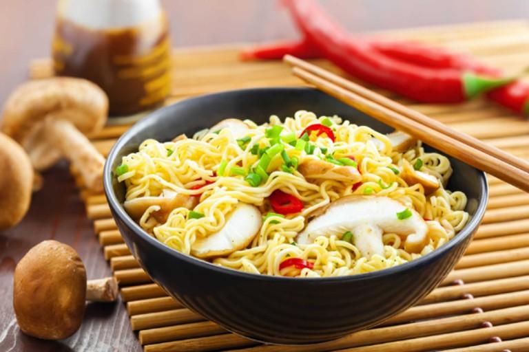 Mỳ tôm là thực phẩm ảnh hưởng không tốt đến sức khỏe và hệ tiêu hóa của người bị đau dạ dày