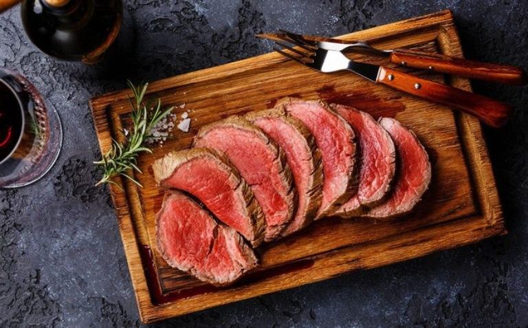 Người bị đau dạ dày cần hạn chế sử dụng thịt bò trong bữa ăn để tránh khiến cho bệnh nặng hơn