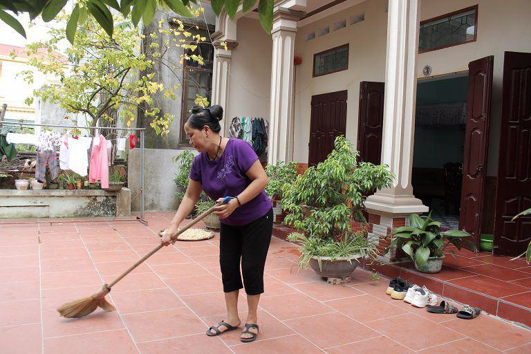 Sau 2 tháng uống thuốc của Đỗ Minh Đường, chân tay của cô Hằng đã đỡ đau nhức và có thể làm được việc nhà