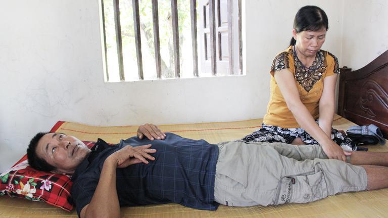 Chú Phạm Văn Đăng bị liệt 2 chân do bệnh thoát vị đĩa đệm