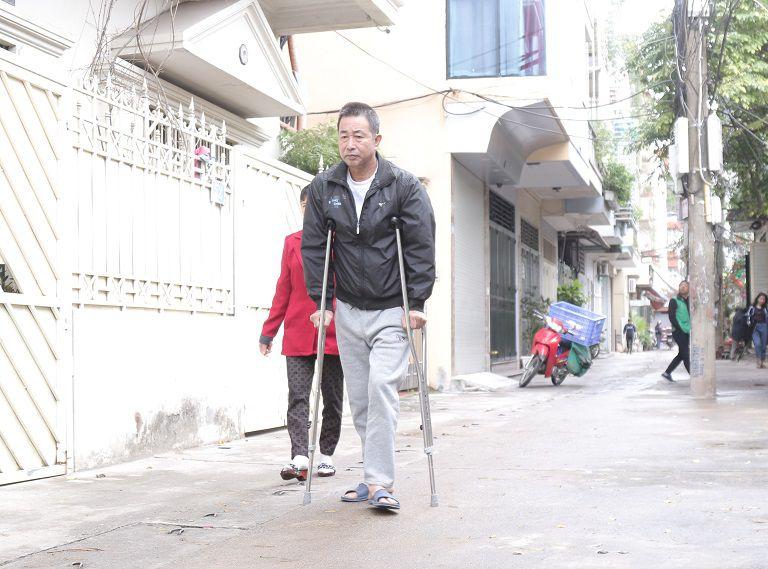Sau 20 ngày điều trị tại Đỗ Minh Đường, chú Đăng đã có thể tự đi lại bằng nạng