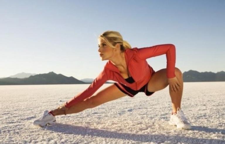 Khởi động làm nóng người trước khi chơi thể thao để tránh bị chấn thương