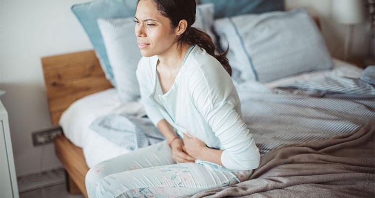 ngồi lâu bị đau bụng là bệnh gì