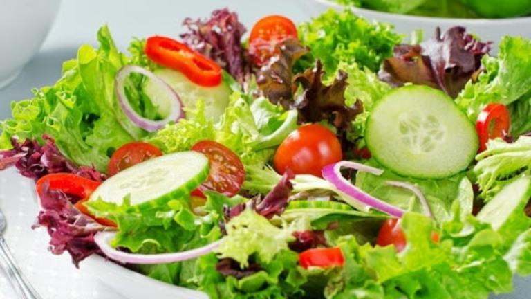 Rau xanh và trái cây tươi là nhóm thực phẩm người bị trĩ nên tăng cường bổ sung vào thực đơn ăn uống