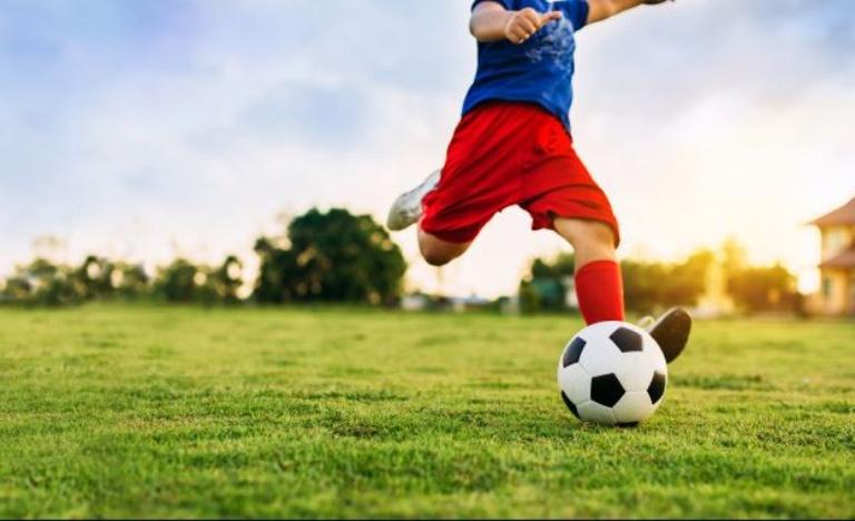 Đá bóng là bộ môn thể thao người bị thoát vị đĩa đệm cần tránh xa nếu không muốn bệnh tiến triển nặng hơn