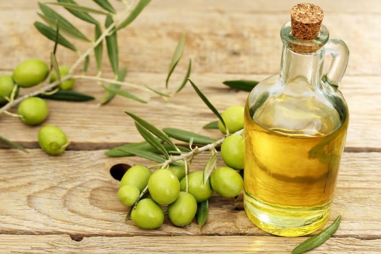 Dầu oliu chứa rất nhiều dưỡng chất tốt đối với làn da, đặc biệt là da mụn