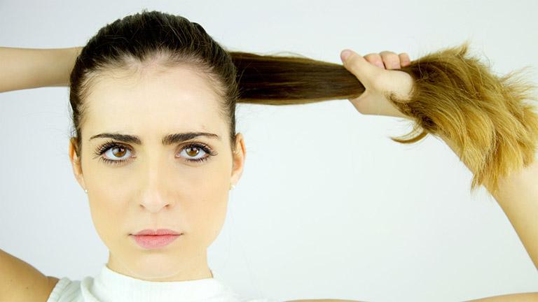 Buộc tóc quá chặt có thể khiến tóc bị chẻ ngọn