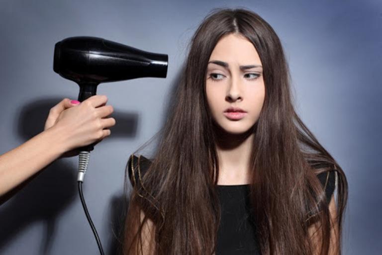 Hạn chế dùng máy sấy tóc quá nhiều
