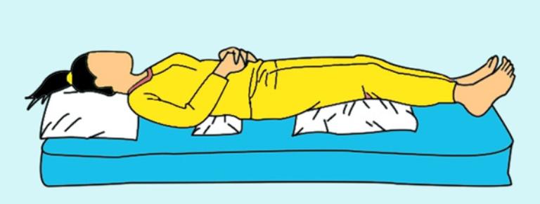 Kế gối dưới thắt lưng khi nằm nệm giúp giữ độ cong sinh lý của cột sống
