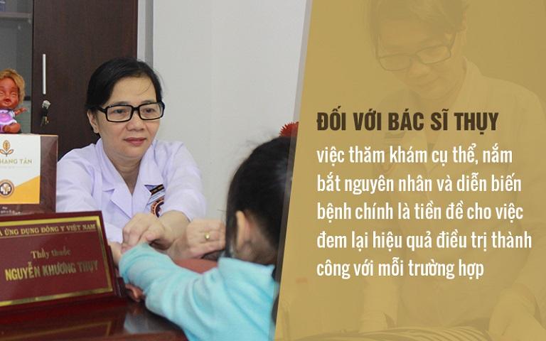 Bác sĩ Khương Thụy rất cẩn thận trong bước thăm khám để tìm ra đúng nguyên nhân gây bệnh và có hướng điều trị phù hợp cho từng bệnh nhân