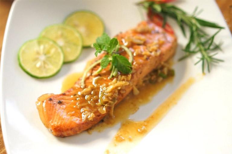 Cá hồi áp chảo sốt bơ tỏi là món ăn cung cấp nhiều loại dưỡng chất thiết yếu cho cả mẹ và thai nhi