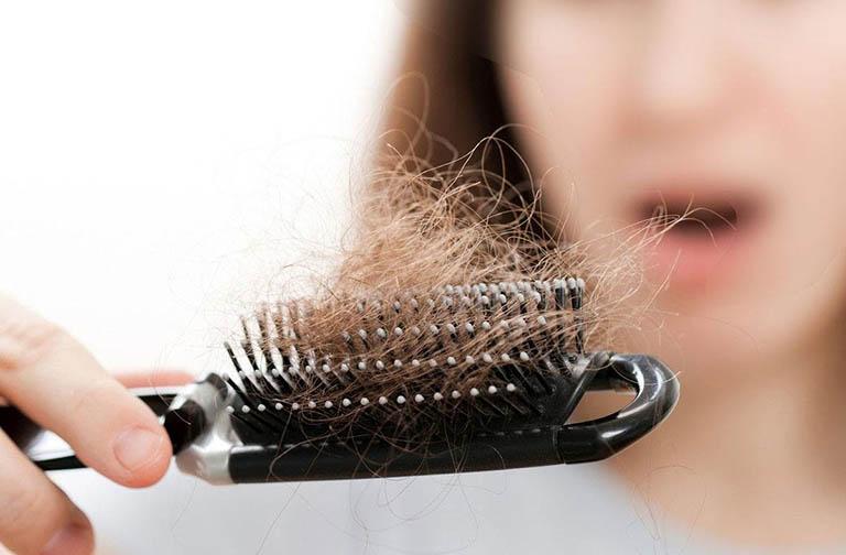 Mồng độ hormone trong cơ thể đột ngột thay đổi khiến nang tóc suy yếu, tóc dễ rụng và gãy