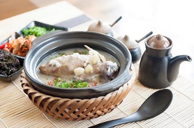 Gà ác hầm hạt sen và thuốc bắc là món ăn cực tốt đối với mẹ bầu và cả thai nhi trong bụng