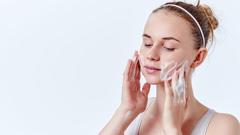sữa rửa mặt cho da mụn nhạy cảm