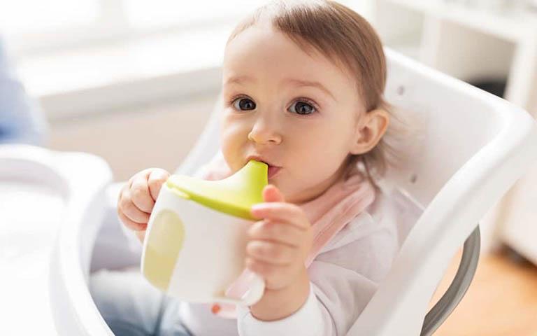 Uống nhiều nước hỗ trợ trị táo bón ở trẻ em