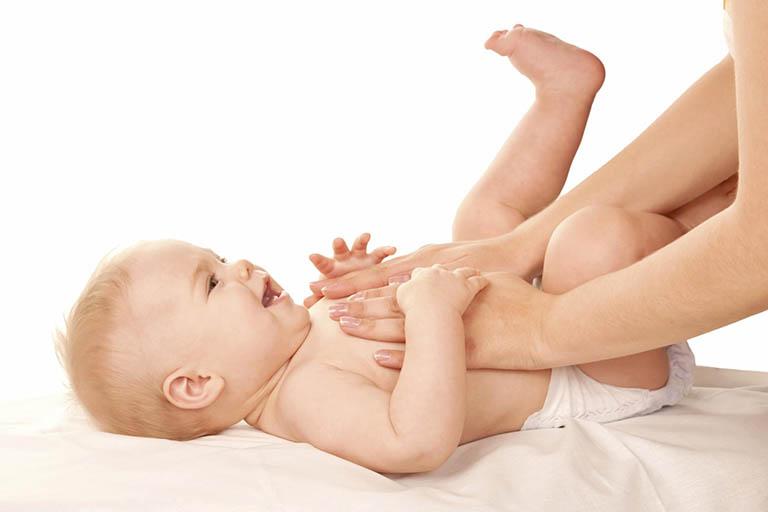 Massage bụng cho bé giảm triệu chứng táo bón