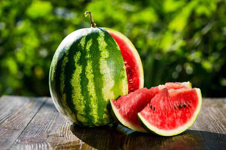 Nên chọn mua và sử dụng dưa hấu tươi để có thể hấp thu được toàn bộ dưỡng chất trong dưa hấu
