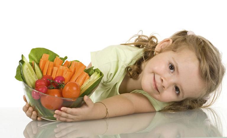 Mẹ nên điều chỉnh lại chế độ dinh dưỡng của trẻ sao cho phù hợp với tình trạng bệnh