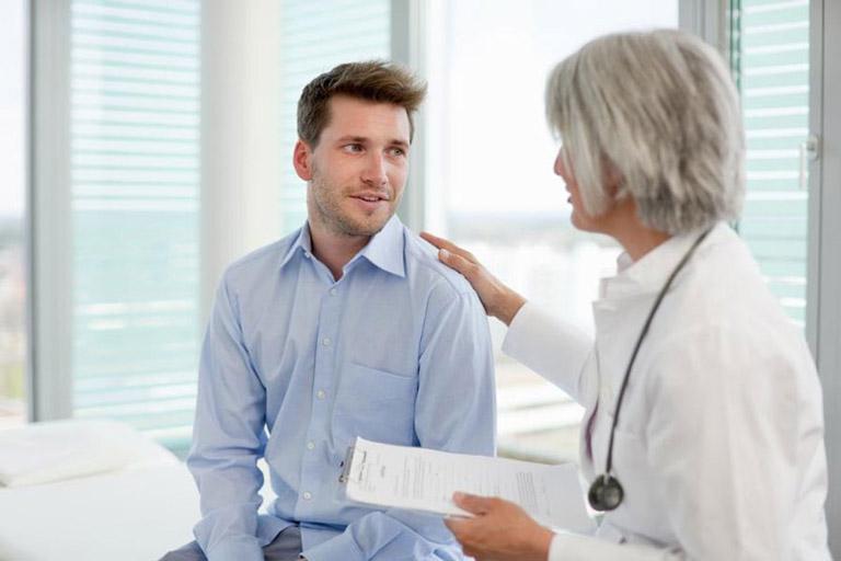 Nam giới nên thả lỏng tâm lý khi đi thăm khám và chia sẻ với bác sĩ về vấn đề bản thân gặp phải