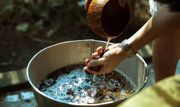 Nấu nước bồ kết gội đầu mỗi ngày giúp cải thiện các triệu chứng do á sừng da đầu gây ra