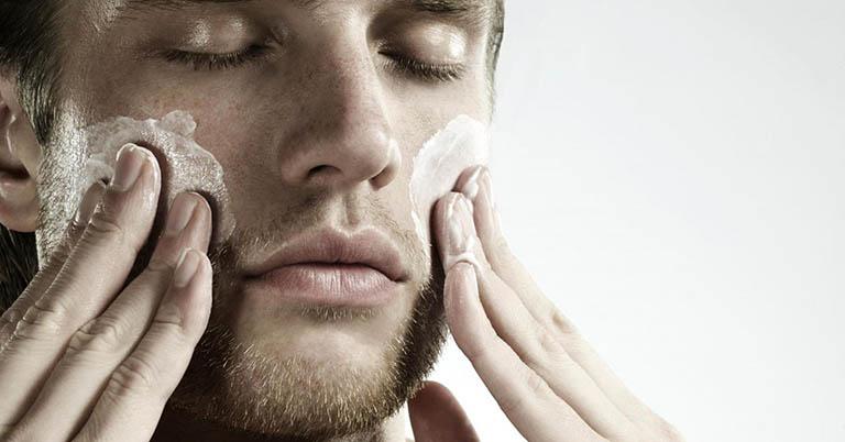 cách sử dụng sữa rửa mặt trị mụn cho nam giới