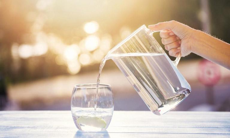 Uống nhiều nước mỗi ngày giúp hệ tiêu hóa có thể hoạt động một cách tốt nhất, phòng ngừa táo bón