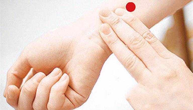 Cách xác định vị trí huyệt nội quan để tiến hành bấm huyệt chữa xuất tinh sớm