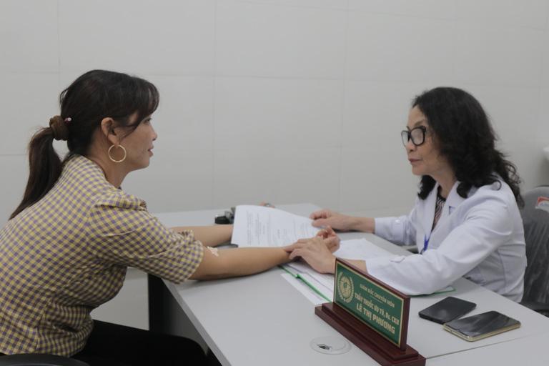 Bác sĩ Lê Phương thăm khám và tư vấn cho bệnh nhân