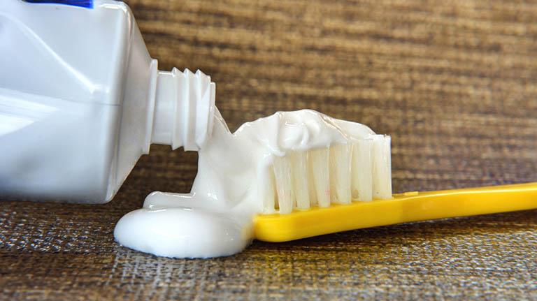 Thành phần hoạt chất trong kem đánh răng có khả năng cải thiện vấn đề mụn thịt trên da