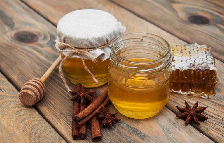 Kết hợp mật ong với bột quế trị viêm lợi giúp nâng cao hiệu quả mang lại