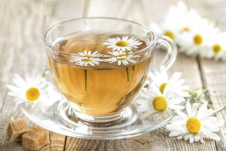 Uống trà hoa cúc mỗi ngày là cách điều trị viêm nha chu dễ thực hiện và an toàn cho sức khỏe