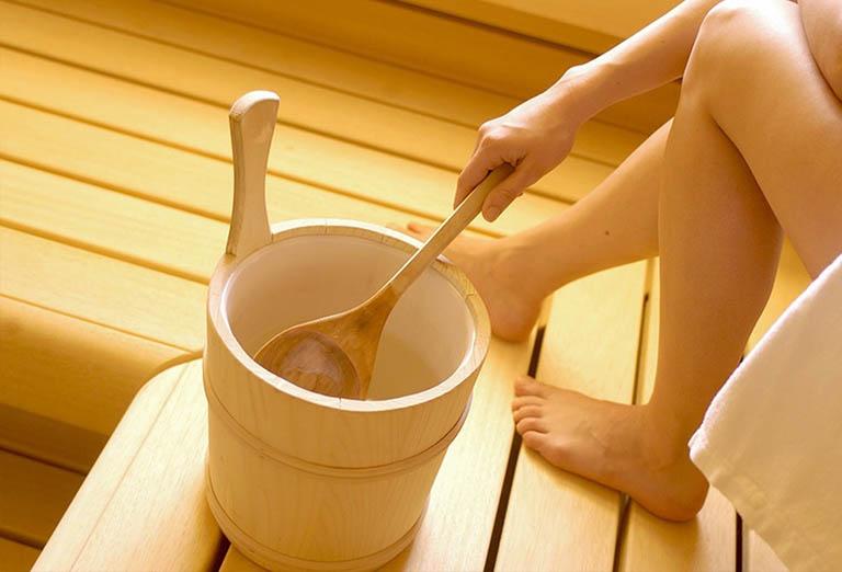 Xông hơi nước nấu quả sung và thảo dược tự nhiên giúp điều trị bệnh trĩ tại nhà