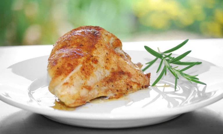 Bị mụn có nên ăn thịt gà không