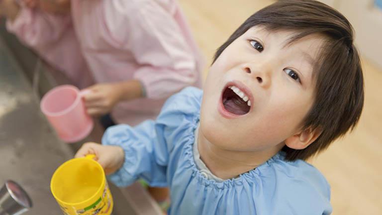 cách chữa sâu răng cho trẻ bằng nước muối