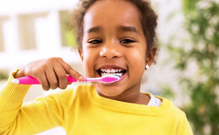 vệ sinh răng miệng cho bé ăn dặm