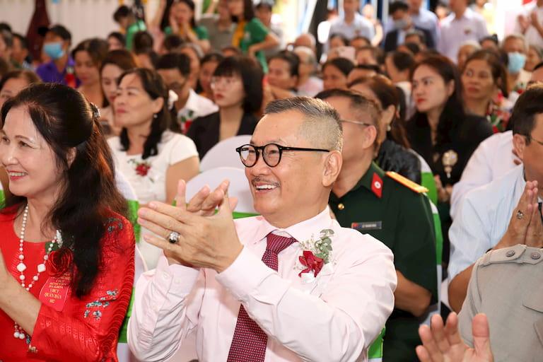 Nghệ sĩ Trần Đức đến tham dự lễ khai trương Bệnh viện Đa khoa YHCT Quân Dân 102